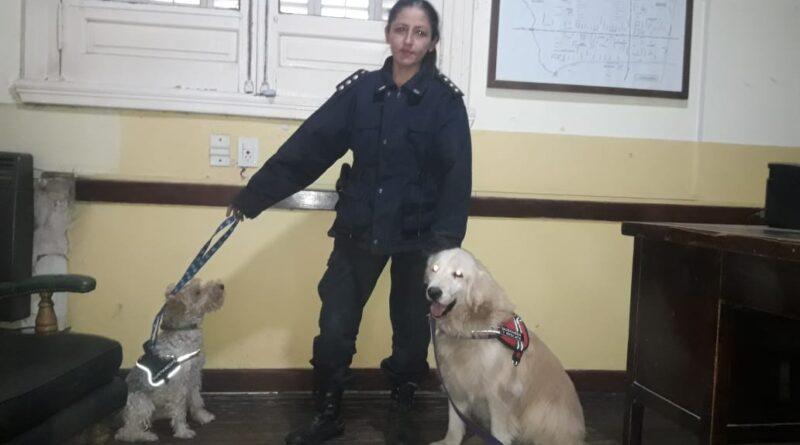 La oficial de policia Vanina Cejas habló en Radio Rojas del adiestramiento de canes.